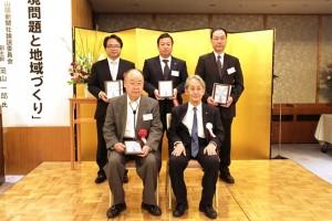 表彰楯を手にした石田准教授(後列左)